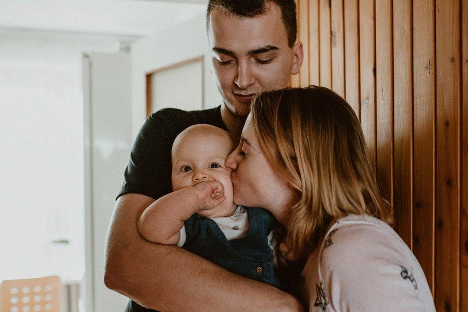 naturalna sesja rodzinna w przedpokoju