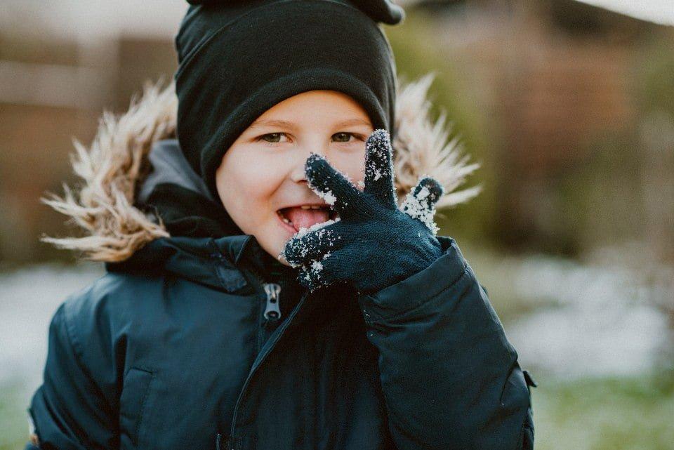 dziecko je śnieg - fotografia rodzinna
