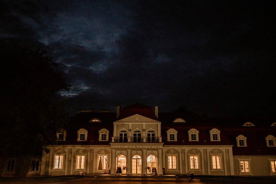 pałac domaniowski nocą sesja narzeczeńska