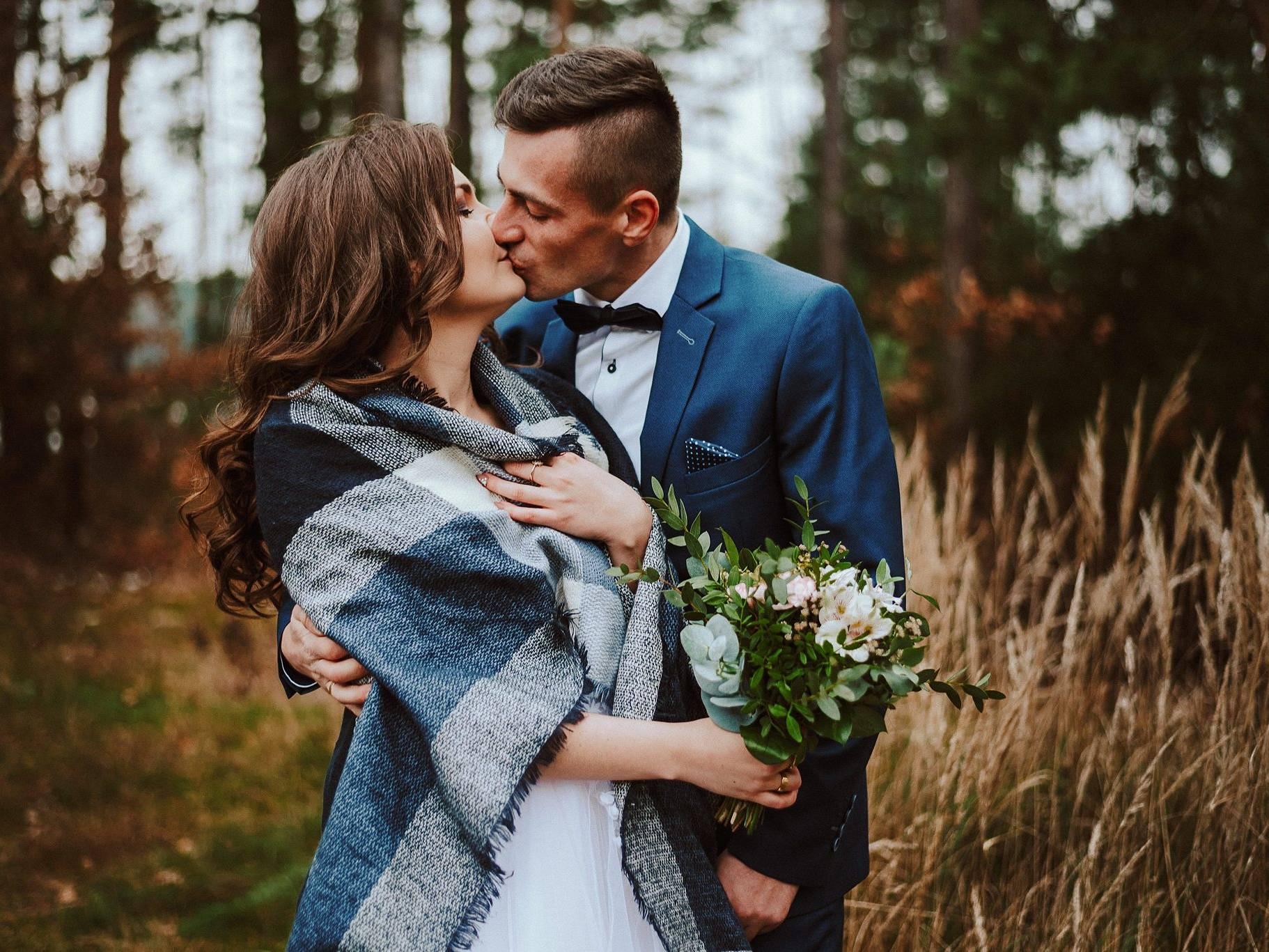 romantyczna sesja slubna w lesie